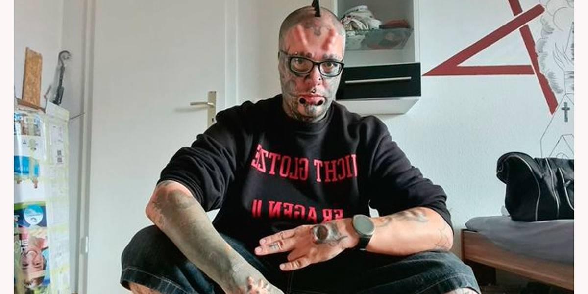 Homem corta as orelhas e faz tatuagens para parecer uma caveira