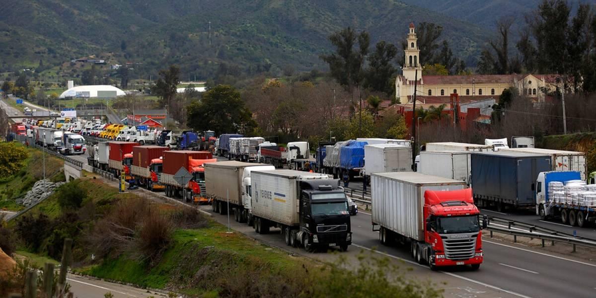 """Ministro Paris hace llamado a deponer el paro de camioneros: """"Ambulancias han tenido que desviarse de su ruta"""""""