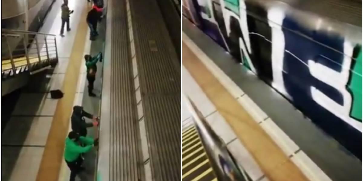 Se encapucharon y activaron el freno de emergencia: al menos 10 sujetos rayaron un vagón del Metro