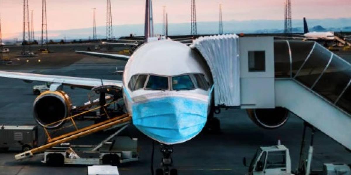 VIDEO: Sacan a hombre con COVID-19 de un avión lleno de pasajeros