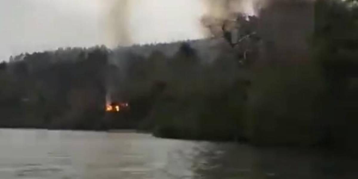 Drama en La Araucanía: video registra huída de familia en bote tras la quema de varias cabañas en Lago Lanalhue