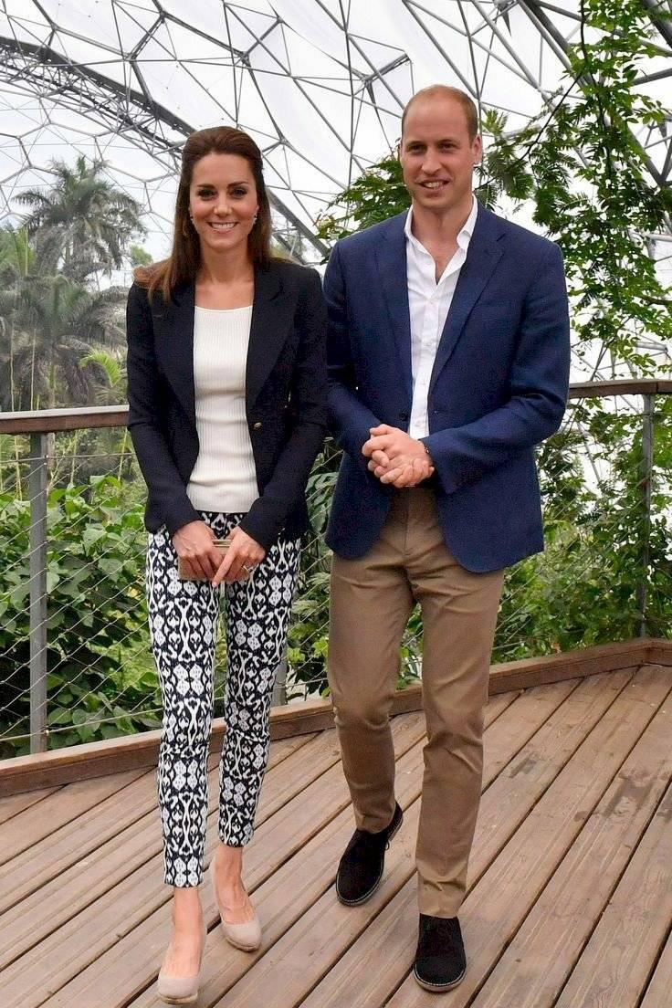 Kate Middleton luce genial con leggings de algodón estampados y una camiseta que resalta su figura