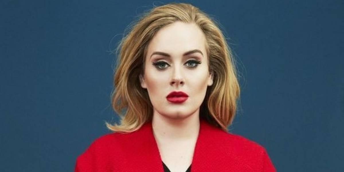 Adele enamora con su elegancia en un vestido azul plisado y bordado con encaje
