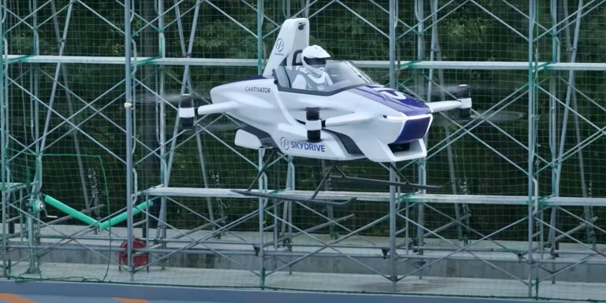 Compañía de autos voladores logra elevar uno de sus vehículos por varios minutos, ¡con una persona a bordo!