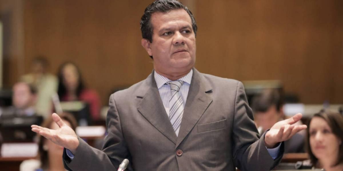 Eliseo Azuero renunció de forma irrevocable a su cargo de asambleísta