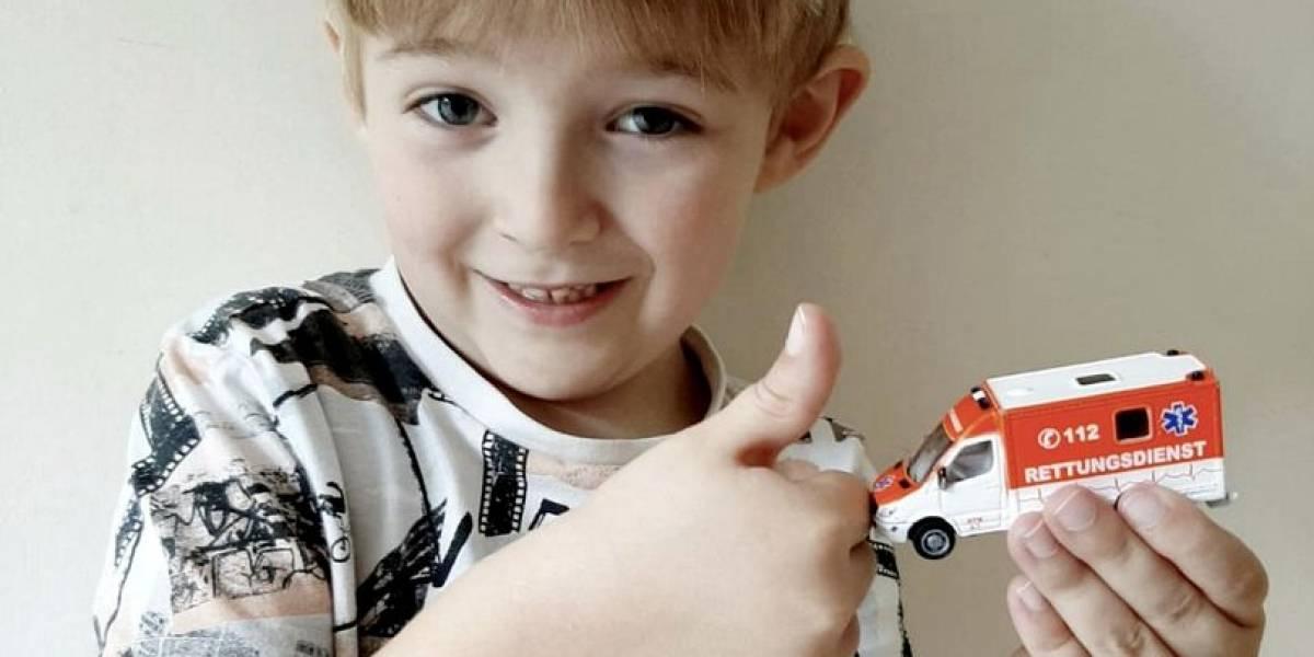 Menino de 5 anos salva a vida da mãe ao ligar para número pintado em sua ambulância de brinquedo
