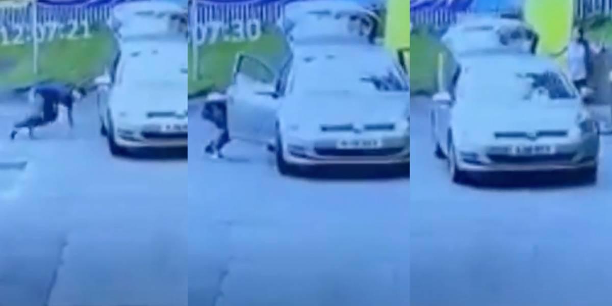 Mujer lava auto en gasolinera, ladrón se acerca en cuclillas, ¡se sube y se lo lleva!