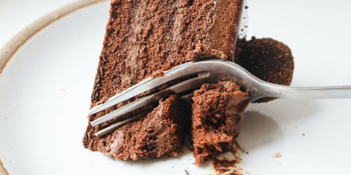 Saiba como fazer uma torta de chocolate low carb com 3 ingredientes