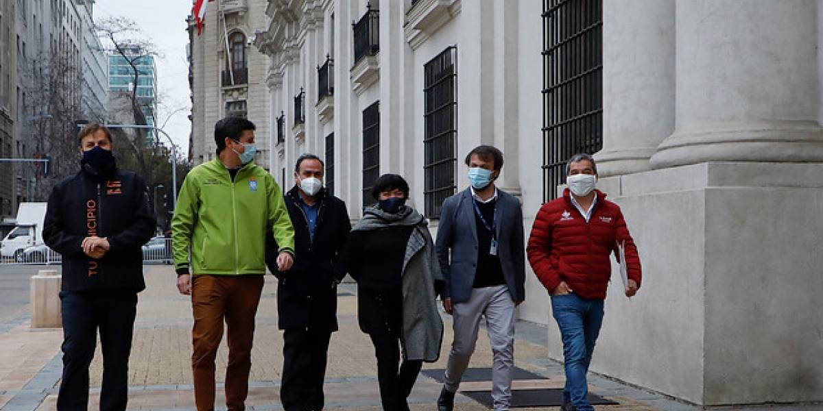 Alcaldes pasaron el sombrero en La Moneda: piden transporte y exámenes PCR gratis para el Plebiscito