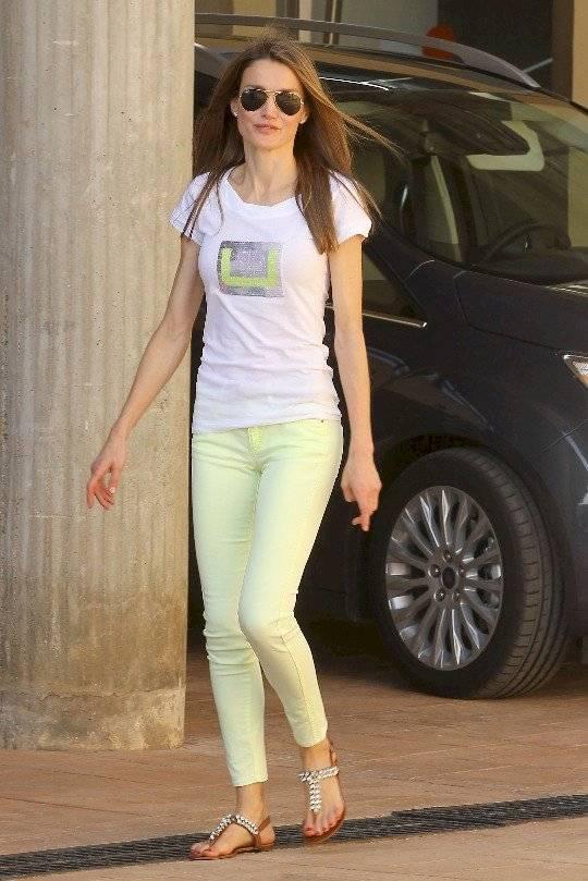 Letizia sale del glamour y las sorpresas luciendo unos pantalones pitillo verde lima con una camiseta