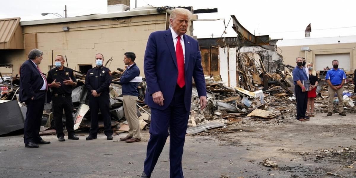 Trump no menciona al afroamericano baleado por la policía al visitar Kenosha, Wisconsin