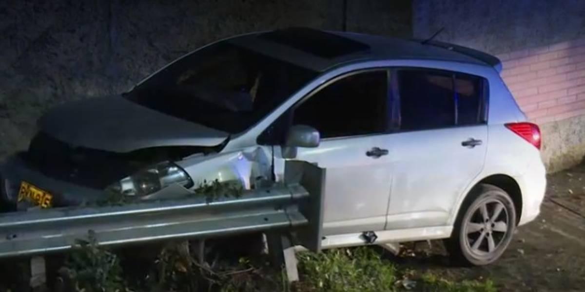 Carro que iba con exceso de velocidad destruyó la fachada de una casa