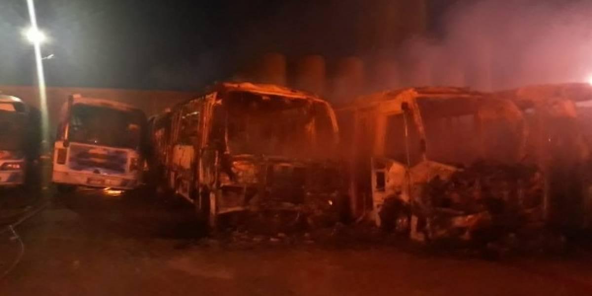 El impresionante incendio en un parqueadero que calcinó 19 buses nuevos