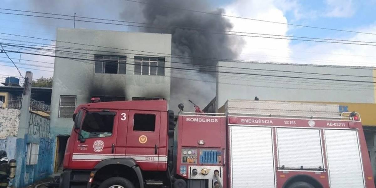 Incêndio atinge depósito de colchões na zona leste de São Paulo