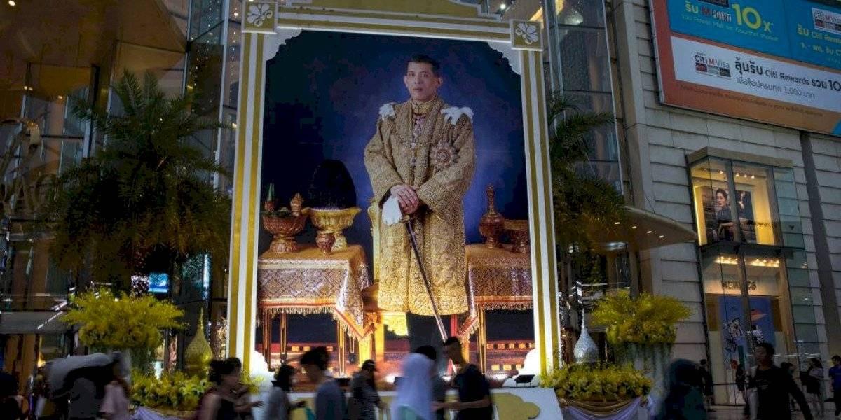 Muy del siglo XXI: Rey de Tailandia perdonó a concubina encarcelada y la sumó a su harén de 20 mujeres