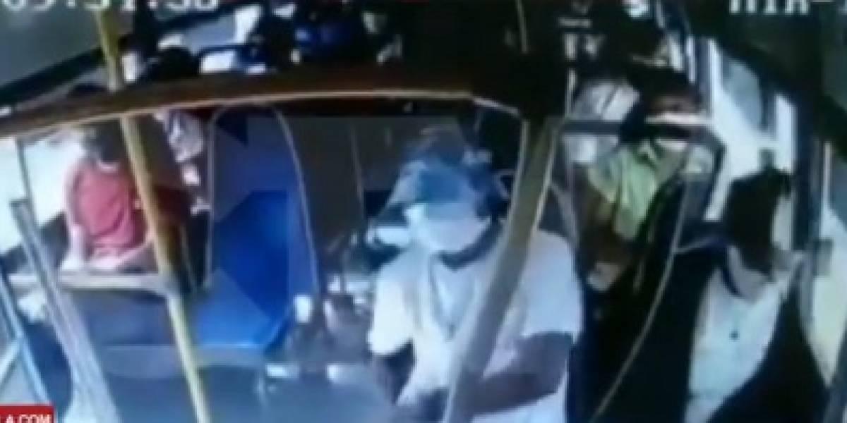 Ladrón asaltó un bus e hirió al conductor y a un pasajero que quiso detenerlo