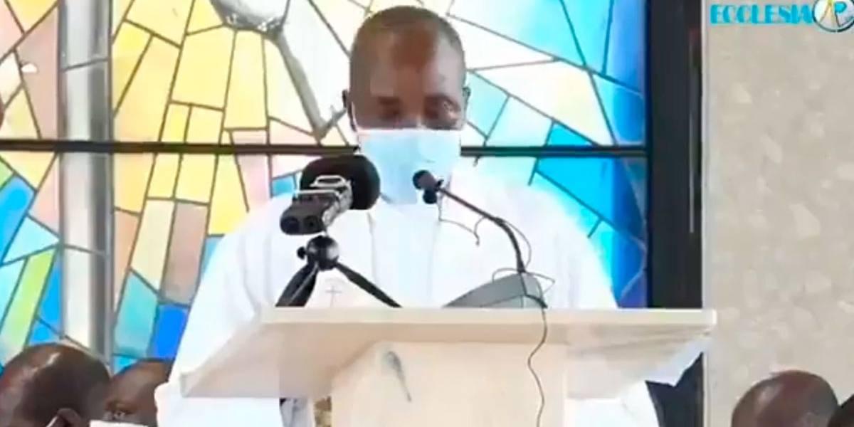 Padre católicopassa mal e morre durante o sermão