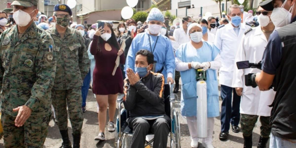 Emotivo homenaje para un médico del Hospital Militar de Quito que se recuperó del COVID-19