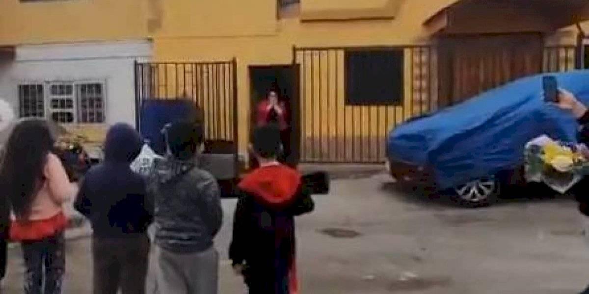 Alumnos sorprenden a su profesora y le dedican emotivo saludo en el día de su cumpleaños en Antofagasta
