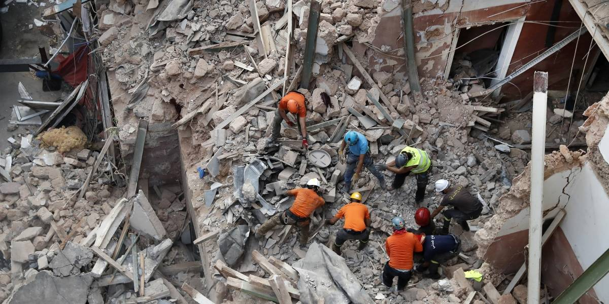 Búsqueda de un sobreviviente en Beirut a un mes de la explosión paraliza a Líbano
