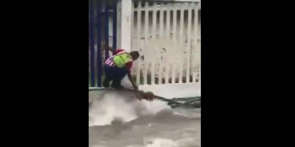 El heroico rescate de un hombre que casi muere ahogado en un arroyo