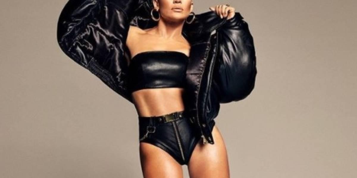 Jennifer Lopez luce sus curvas en un pantalón de encaje sexy y crop top negro