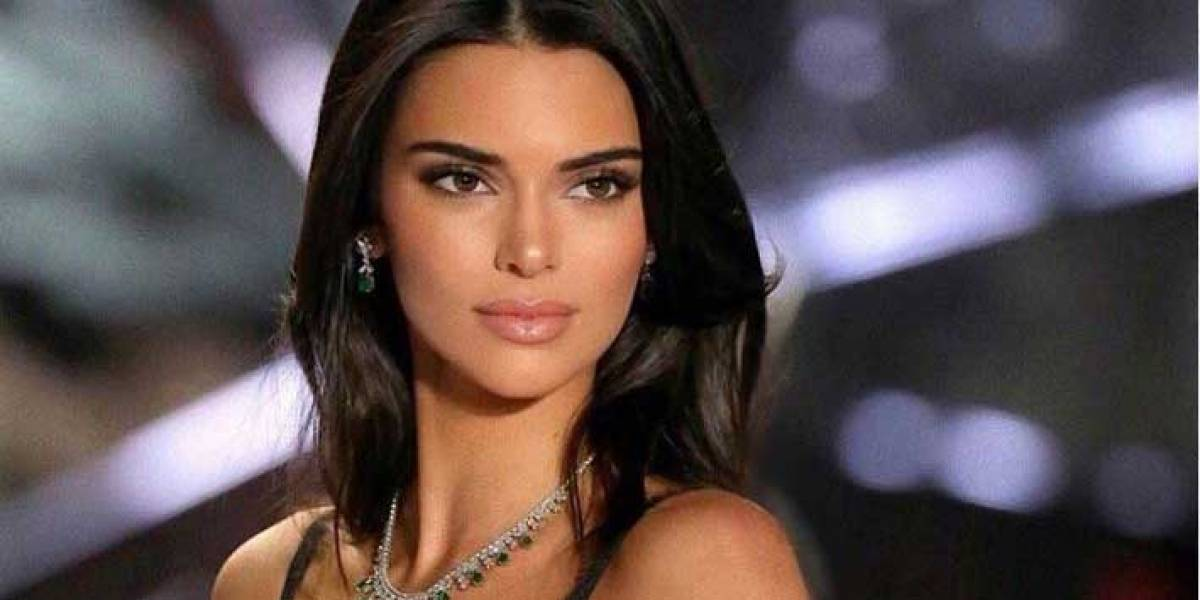 Kendall Jenner en precioso top tejido de malla cruzada saca sus dotes de supermodelo