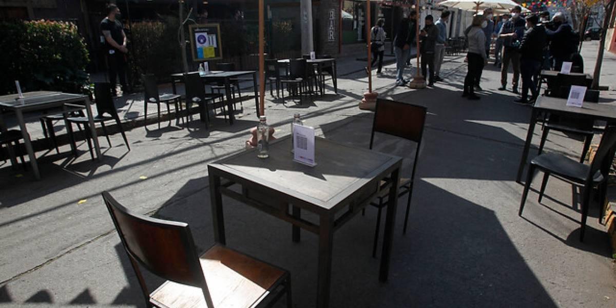 Providencia: cierran pista vehicular de Manuel Montt para la instalación de mesas de restoranes y cafés