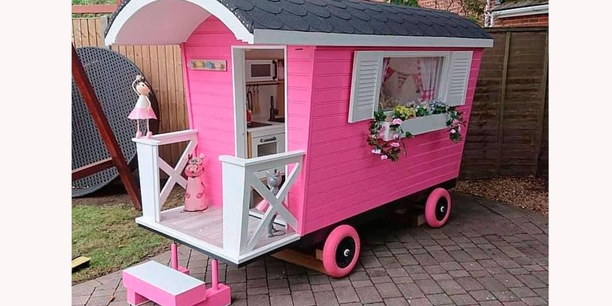 Avô aproveita isolamento social para construir cabana para neta
