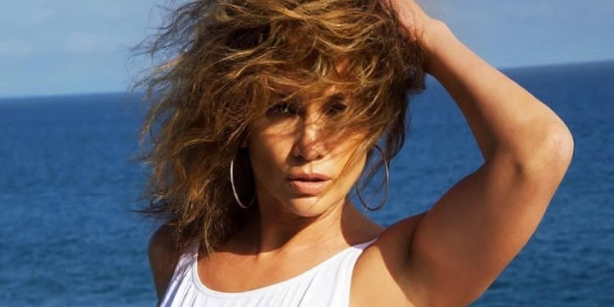 Jennifer Lopez impacta en un mini vestido de tigre con detalles en cuero