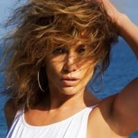 Jennifer Lopez deslumbra con una falda de gitana y mini top negro