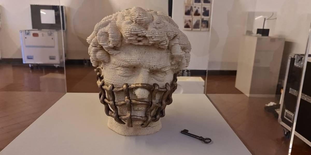 Metal e tijolo: máscaras de materiais inusitados compõem exposição na Itália