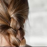 Aquí 3 peinados prácticos y sencillos para disimular las canas