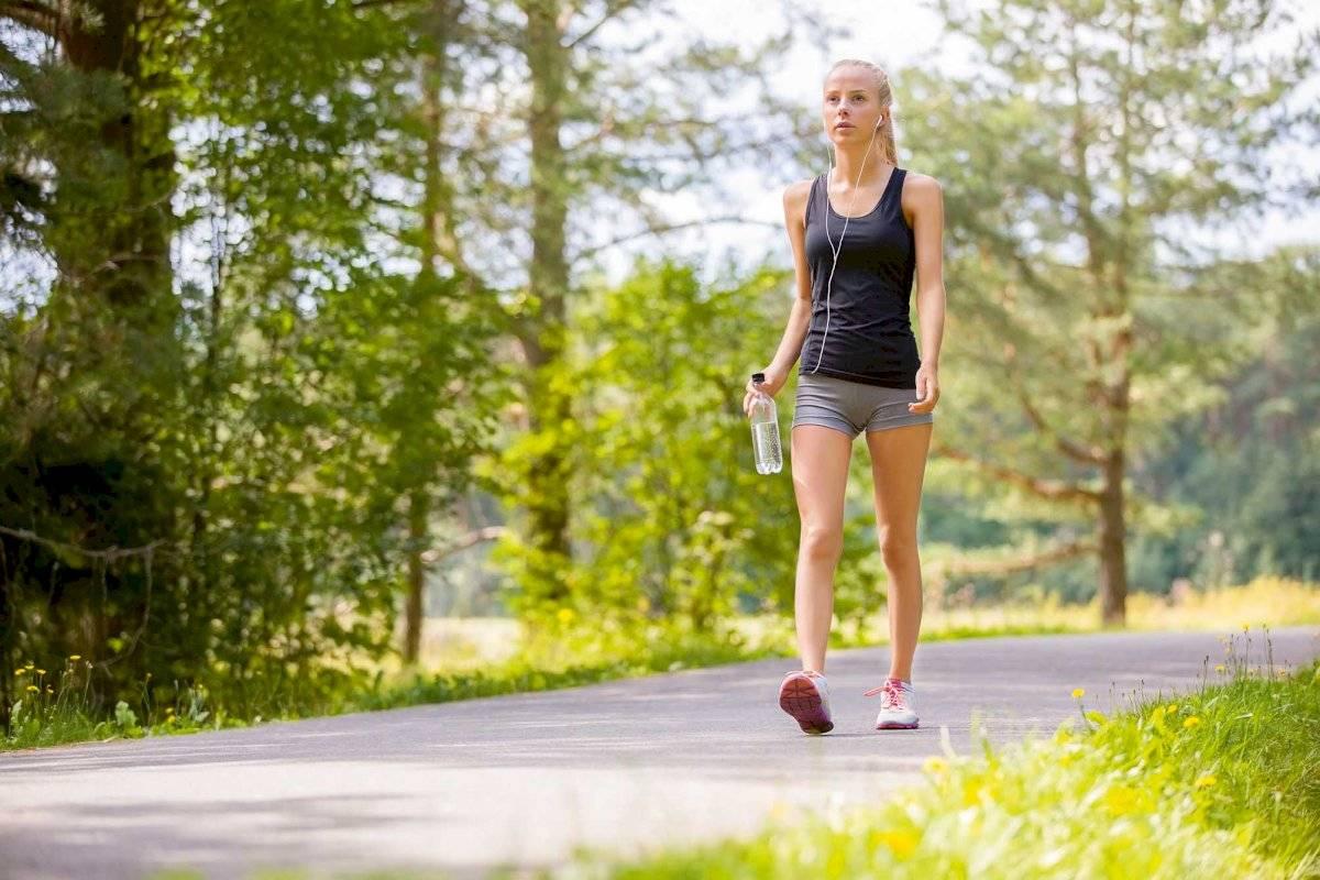 Hacer actividad física como caminar o levantar pesas es muy importante para acelerar el metabolismo