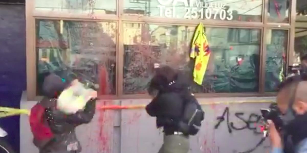 ¡Atención! Varias personas atacaron un CAI en Bogotá por el asesinato de abogado