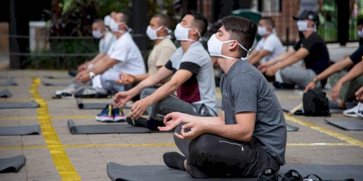 """Con talleres de yoga, enseñan a """"manejar las emociones"""" a agentes del Esmad"""