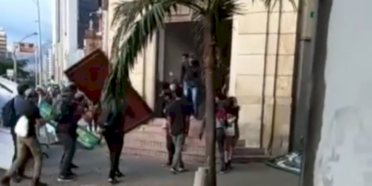 Manifestantes arremetieron contra las instalaciones de la Policía Metropolitana en Medellín