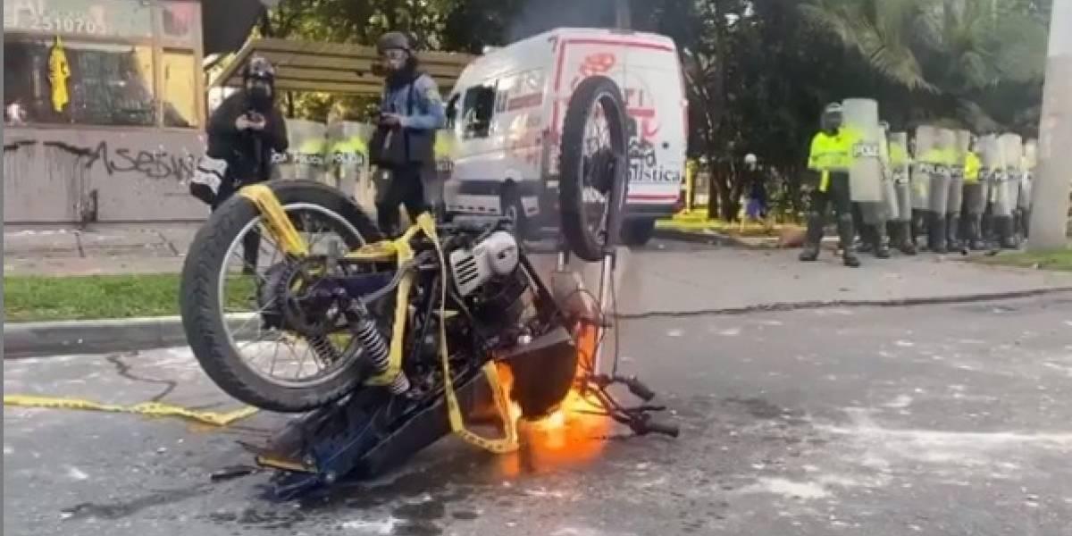VIDEO: Manifestantes quemaron moto y la emprendieron contra patrulla de Policía