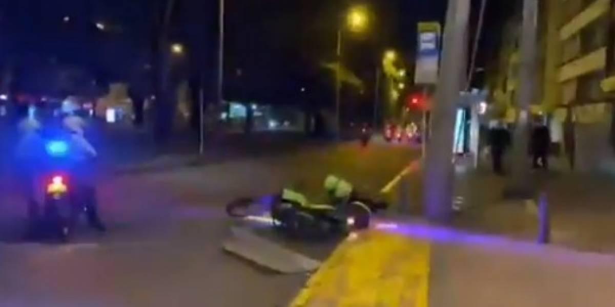 Noticiero grabó momento exacto en que policía se cayó solo de su moto