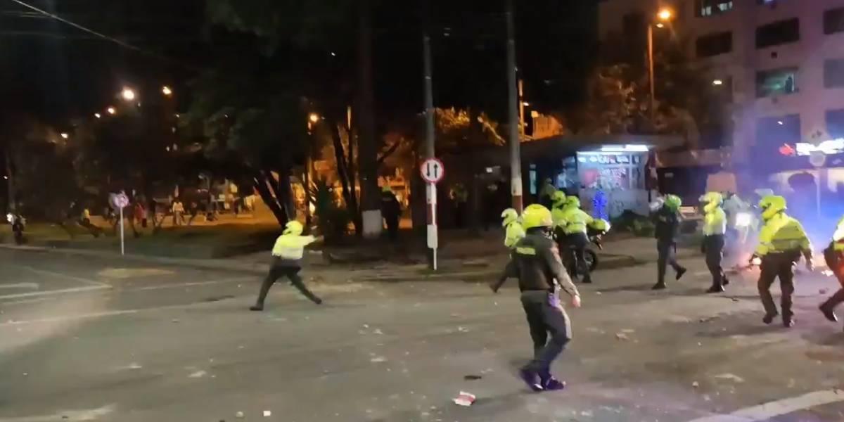 Graban a policías uniformados tirando piedras a restaurantes y apartamentos