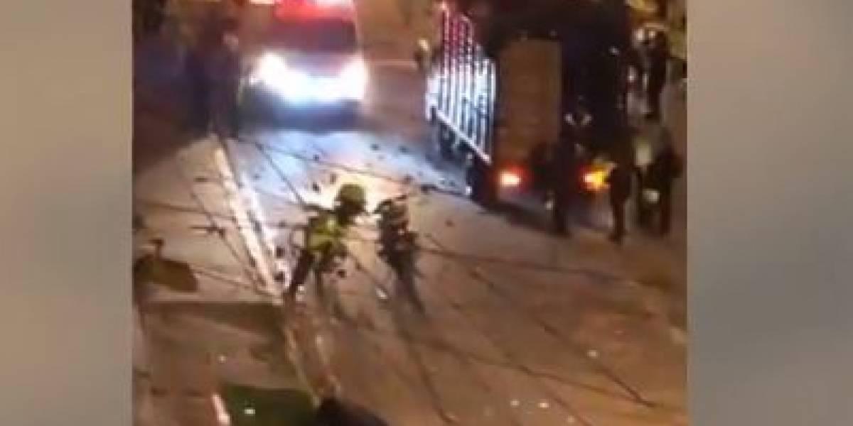 """(VIDEO) Denuncian que """"policía le disparó a joven"""" que murió sin recibir ayuda en plena vía, en Bogotá"""