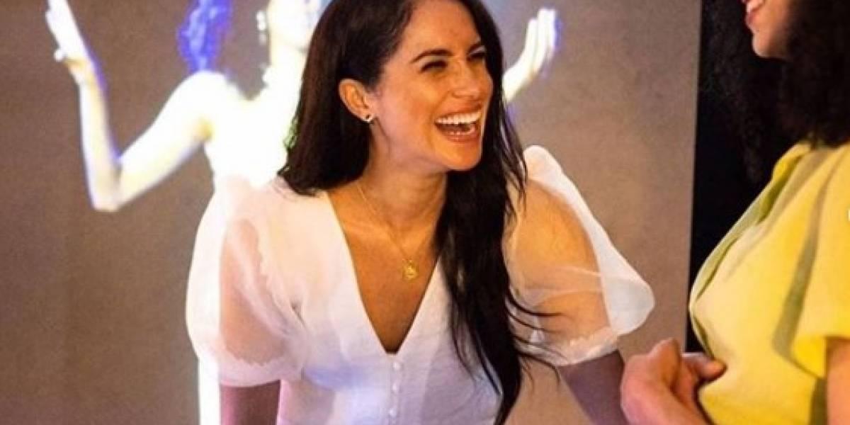 Meghan Markle enamoró en delicado vestido blanco estilo camisón y tacones nude