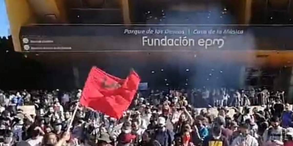 Decenas de manifestantes se tomaron el parque de Los Deseos para protestar contra la Policía