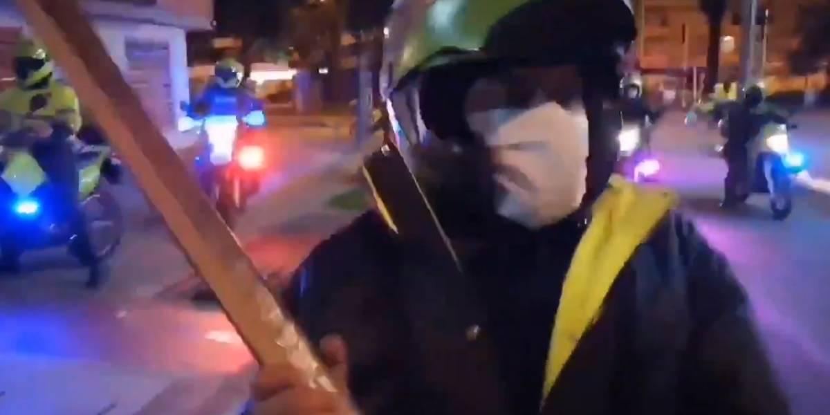 VIDEO: Joven grabó al policía que con una varilla le pegó a tres y le rompió su celular