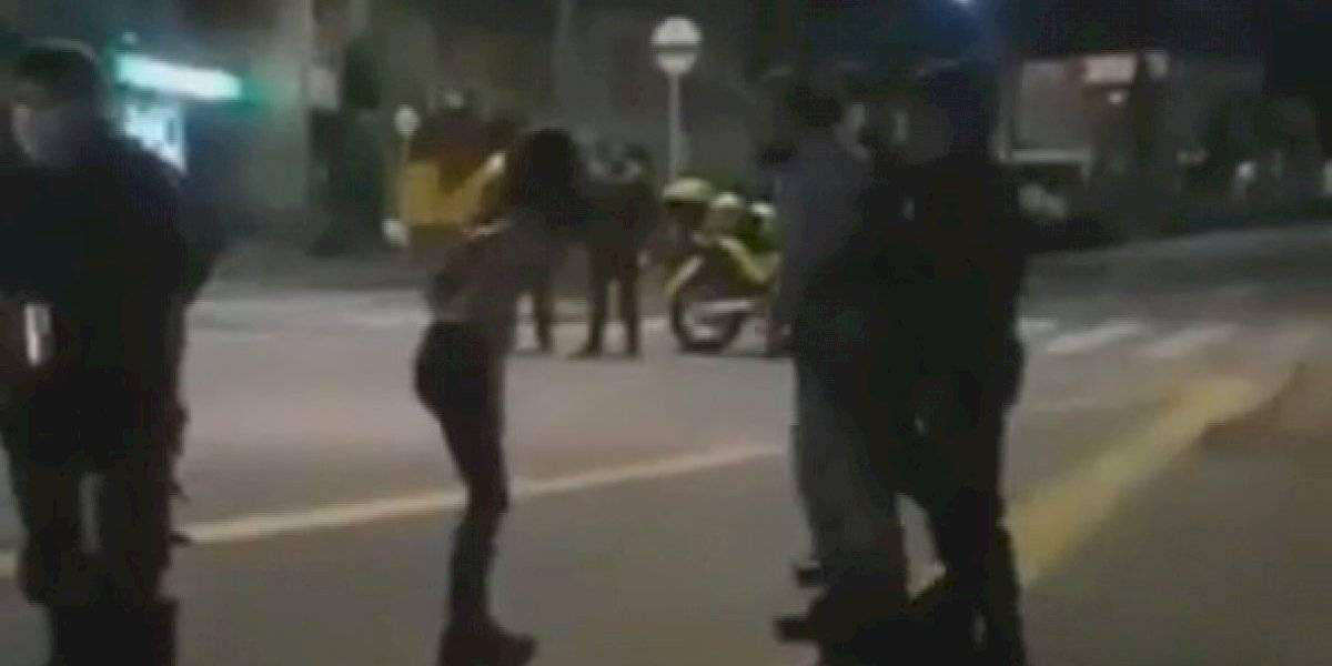 Encontró a su hija participando de una manifestación y la sacó a correazos