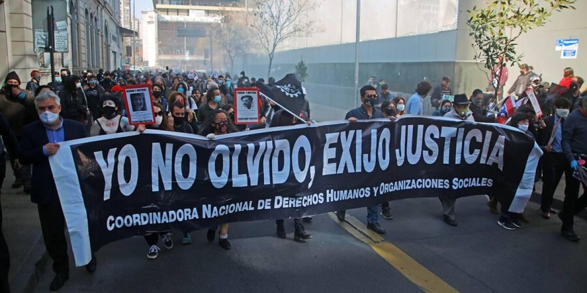 Con incidentes menores: cientos de personas participan en romería al Cementerio General por víctimas de la dictadura