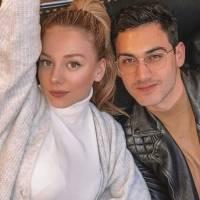 Casal da vez: ator Alejandro Speitzer compartilha foto onde aparece 'agarradinho' com Ester Expósito