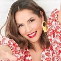 Carmen Villalobos cautiva con mini vestido de terciopelo azul eléctrico presumiendo su mini cintura