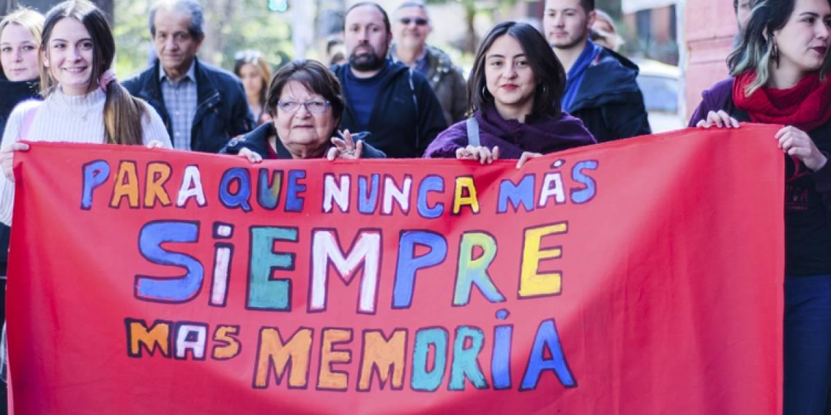 Allende en la memoria artística: 50 manos rojas en el frontis del Museo conmemoraron el aniversario del Golpe