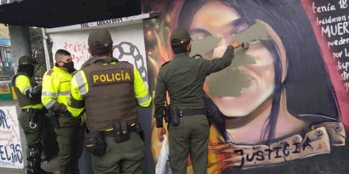Ciudadanos rechazan que policías borraron el mural del rostro de Julieth Ramírez